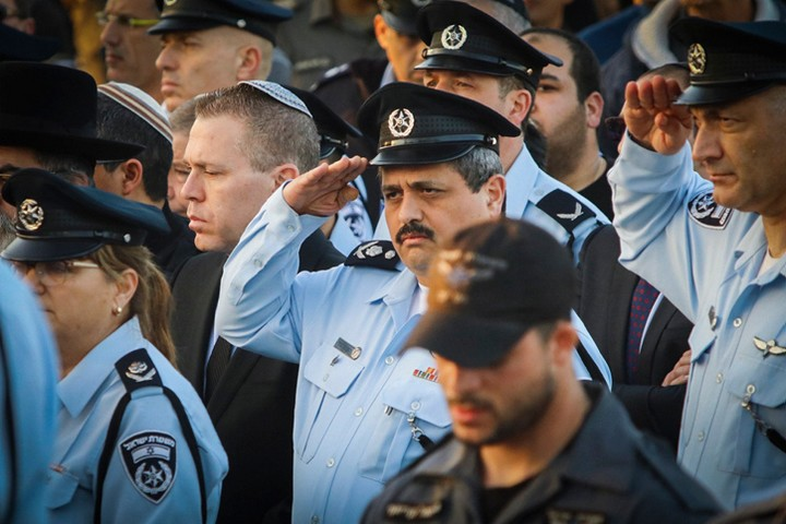 """המציא שהמורה אבו אלקיעאן הוא איש דעא""""ש. המפכ""""ל לשעבר רוני אלשיך בלווייתו של השוטר ארז לוי שנדרס באום אלחיראן (צילום: פלאש 90)"""