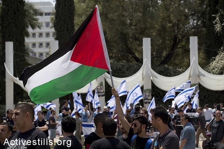 אפשר לתבוע את שינוי סמלי מדינת ישראל בשם האזרחות. סטודנטים פלסטינים מול מפגינים יהודים ביום הנכבה באוניברסיטת תל אביב (צילום: אקטיבסטילס)