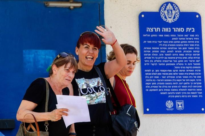 כל השכונה ידעה. דלאל דאוד בצאתה מהכלא (צילום: פלאש 90)