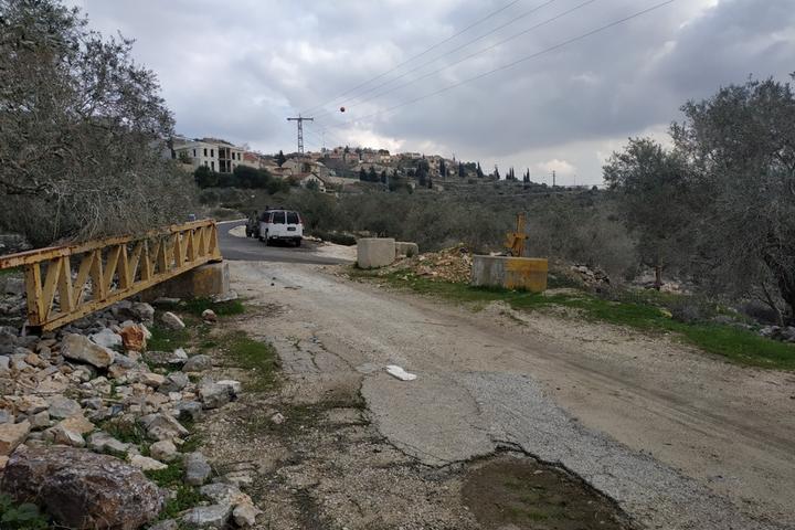הכביש הפך להיות ציר רוחב פנימי בתוך השטח עליו המתנחלים במקום חלשו, וכל שנותר להם לעשות הוא להמתין להזדמנות לחסום אותו לתנועת פלסטינים. (צילום: דרור אטקס)