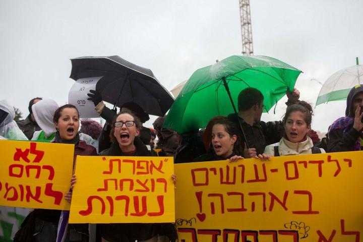 עיקר המטרה היא להפחיד. הפגנה נגד ארגוני הפועלים נגד הפלות בישראל (צילום: יונתן סינדל / פלאש 90)