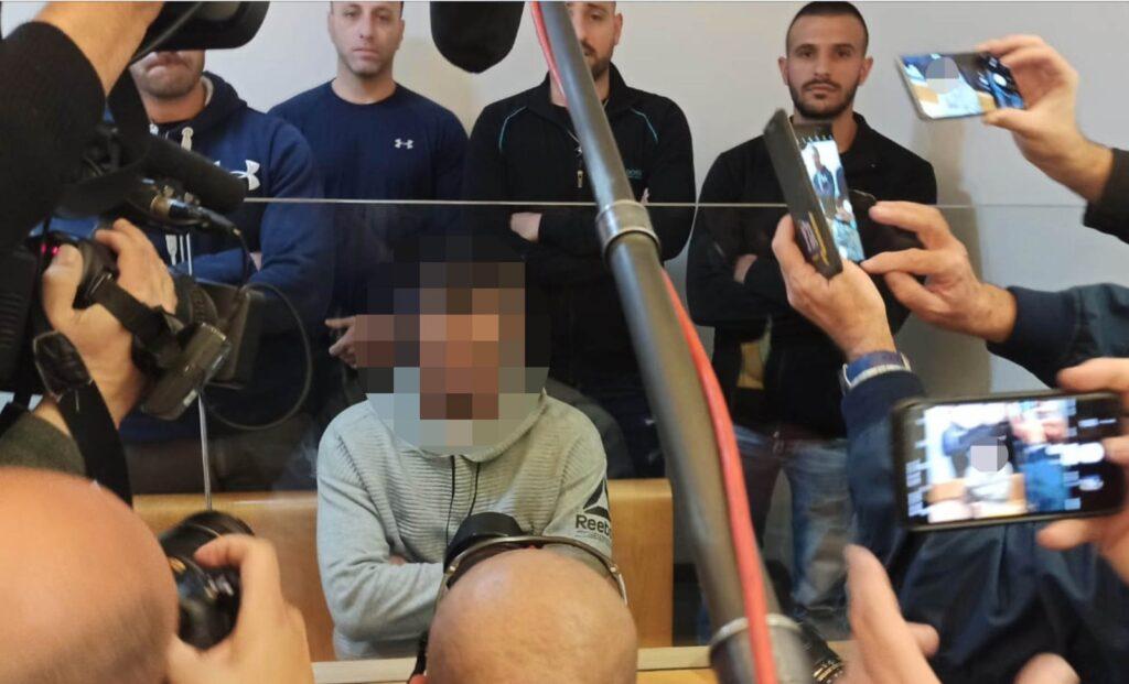 בני משפחת טקה ביקשו לראות מי האיש שירה בסלומון, חומת השוטרים באולם לא נתנה להם. השוטר הנאשם לפני תחילת הדיון (צילום: אבי בלכרמן)