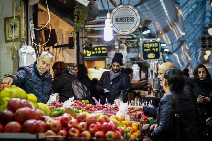 בשוק יהודים וערבים עובדים יחד, מקללים אחד את השני בערבית ובעברית. שוק מחנה יהודה (צילום: ליבה פרקש / פלאש 90)