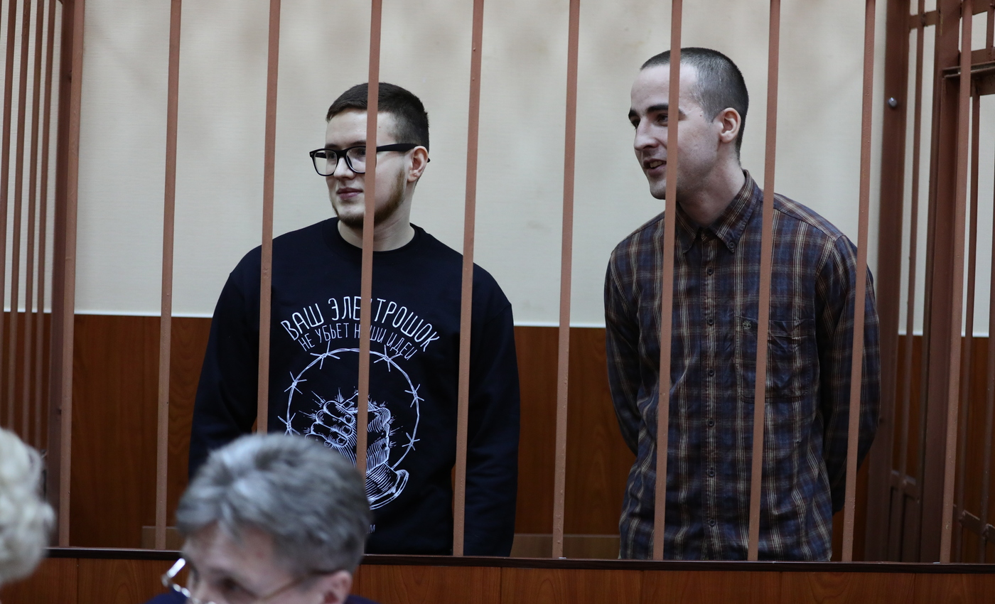 ויקטור פילינקוב ויולי בוייארשינוב במהלך דיון במשפטם בסנט פטסבורג, אפריל 2019 צילום: דויד פרנקל/ Mediazona