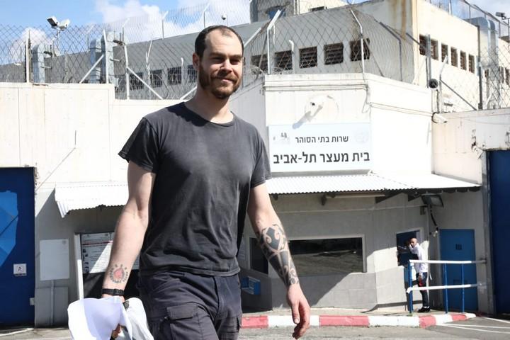יונתן פולק עם צאתו מבית המעצר, בפברואר 2020 (צילום: אורן זיו)