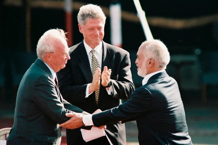 החלום שלי שיחסי יהודים וערבים בישראל יהיו נורמליים. יצחק רבין והמלך חוסיין עם הנשיא קלינטון בעת חתימת הסכם השלום ב-1994 (צילום: נתי שוחט / פלאש 90)