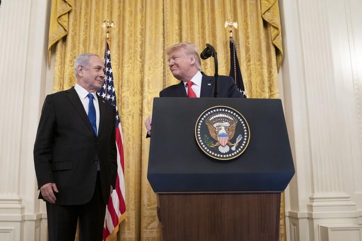 """נשיא ארה""""ב דונלד טראמפ וראש הממשלה בנימין נתניהו חושפים את """"תוכנית המאה"""" בוושינגטון, ב-28 בינואר 2020 (צילום: שילה קרייגהד, הבית הלבן)"""