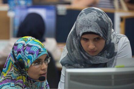 נשים בדואיות עובדות במרכז שירות לקוחות של בזק בחורה (צילום: מרים אלסטר / פלאש90)