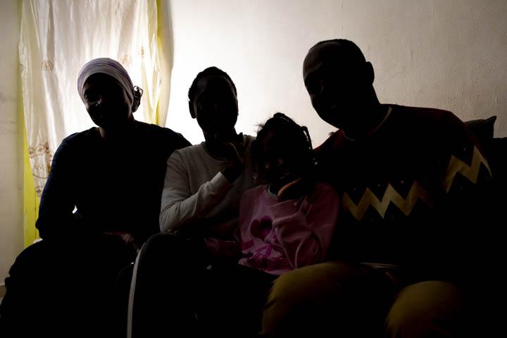 בינטו עם משפחתה בביתם (צילום: אורן זיו)