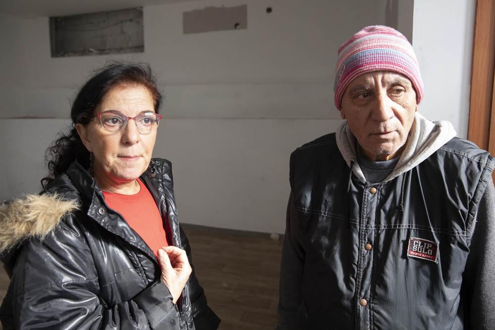 אורה גריב ושמעון יזדי בביתה של משפחת גולן בשכותנ אבו כביר בדרום תל אביב (צילום: אורן זיו)