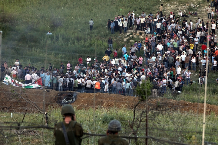 מפגינים נאספים ליד גבול סוריה עם ישראל לפני שניסו לחצות את הגדר ולהיכנס לרמת הגולן, ב-5 ביוני 2011 (צילום: פלאש90)