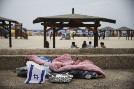 מחוסר דיור בטיילת בתל אביב (צילום: הדס פארוש / פלאש90)