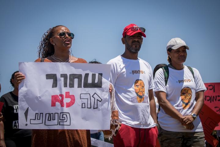 יוצאי אתיופיה מפגיעים מחוץ לכנסת נגד אלימות משטרתית, ב-15 ביולי 2019 (צילום: יונתן זינדל / פלאש90)
