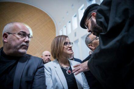 """ח""""כ היבא יזבק ועורך דינה חסן ג'בארין (מימין) בדיון בבית המשפט העליון על פסילתה, ב-5 בפברואר 2020 (צילום: יונתן זינדל / פלאש90)"""