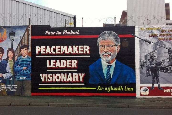 שלט שמשבח את גרי אדמס כאיש שלום וחזון בבלפסט (צילום: Keith Ruffles)