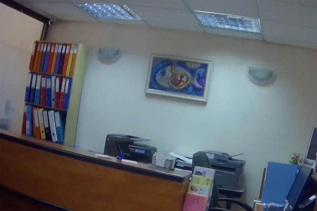 """""""אנשים משלמים הרבה כסף כדי שבחורות כמוך לא יפילו"""". המשרדים של ״בעד חיים״ בבניין כלל בירושלים,(צילום: שיחה מקומית)"""
