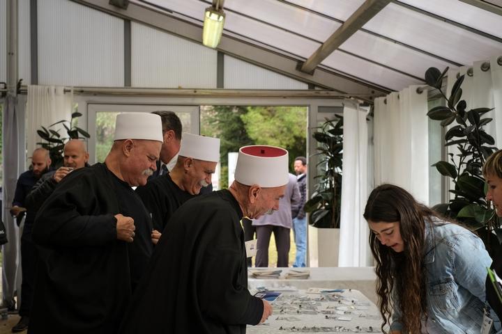 """אנשים חותמים על אמנת """"ישראלים נגד גזענות"""" באירוע השקת התנועה בבית הנשיא (צילום: שירה אבולעפיה)"""