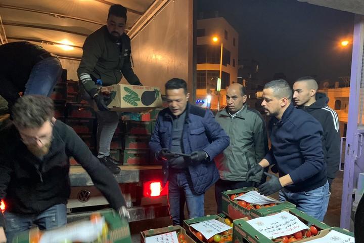 אפילו כפרים קטנים שלחו מזון לבית לחם. מוחמד אלמסרי (במרכז) עם מתנדבים מוועדת הסיוע (צילום: באדיבות ועדת הסיוע)