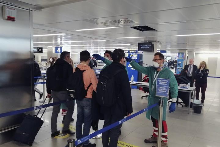 המשמעות של הזמן משתנה. בדיקות לקורונה בשדה התעופה של מילאנו (המחלקה להגנה אזרחית, ממשלת איטליה)