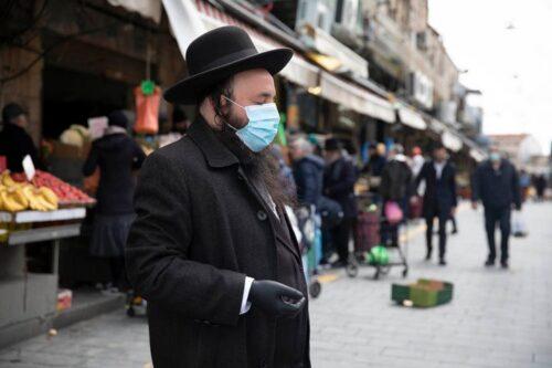 משבר הקורונה פוגע בכולם. בחברה החרדית הוא פוגע קשה במיוחד. חרדי בשוק מחנה יהודה (צילום: אורן זיו)
