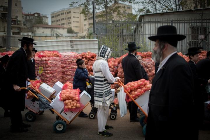 """חלק מארגוני הצדקה החרדיים מתקשים להשיג תרומות. חלוקת """"קמחא דפסחא"""" בירושלים (צילום: יונתן זינדל / פלאש 90)"""