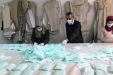 יצרן הנעליים שהקים בן לילה את מפעל המסכות היחיד בגדה