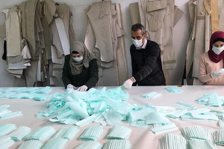"""לא ישנתי כל הלילה עד שמשרד הבריאות הפלסטיני אישר שהמסיכות תקינות. מפעל """"זע'יר"""" לייצור מסכות בחברון (צילום באדיבות אמג'ד זע'יר)"""
