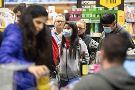 """""""הלכתי ברחוב ומישהו מאחורי קרא לי 'קורונה'. זה קרה גם לחברים שלי. מהגרי עבודה מאסיה בתור בקניות (צילום: אורן זיו)"""
