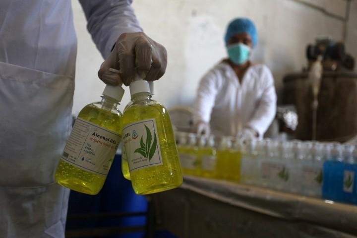 בין עשרות האלפים שהיגרו מעזה בשנים האחרונות, יש מאות רופאים. מפעל לייצור חומר חיטוי בח'אן יונס (צילום: עבד רחמן ח'טיב / פלאש 90)