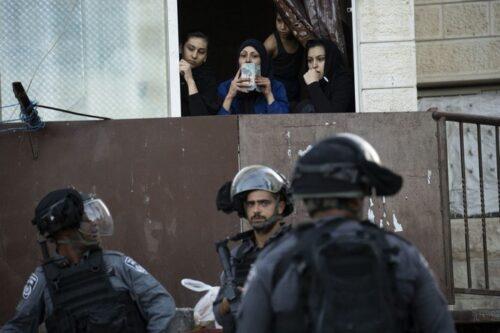 התושבים טוענים שכניסת השוטרים לעיסאוויה בימים האלה רק מגבירה את הסיכוי להתקהלות לא רצויה. שוטרים בעיסאוויה (צילום: אורן זיו)