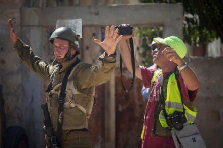 ישראל היא הדמוקרטיה היחידה במערב שבה קיימת צנזורה צבאית או ממשלתית. עיתונאי פלסטיני וחייל בנבי סאלח (צילום: אורן זיו)