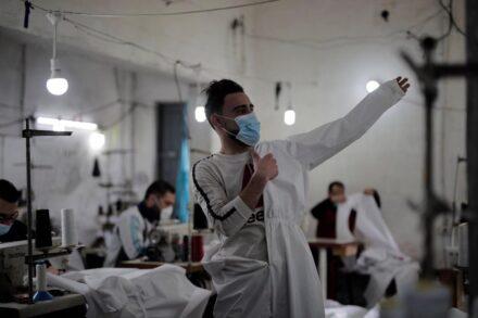 """איך אפשר לשמור על """"מרחק בטוח"""" ולהימנע ממקומות הומים כשחיים בממוצע יותר מ-5000 איש בקילומטר רבוע? בית חולים ברצועת עזה בזמן הקורונה (צילום: מוחמד זאנון / אקטיבסטילס)"""
