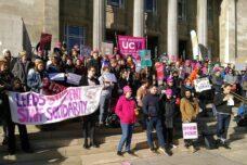 הפגנה של סגל וסטודנטים באוניברסיטת לידס, ב-26 בפברואר 2020 (צילום: Alarichall, CC BY-SA 4.0)