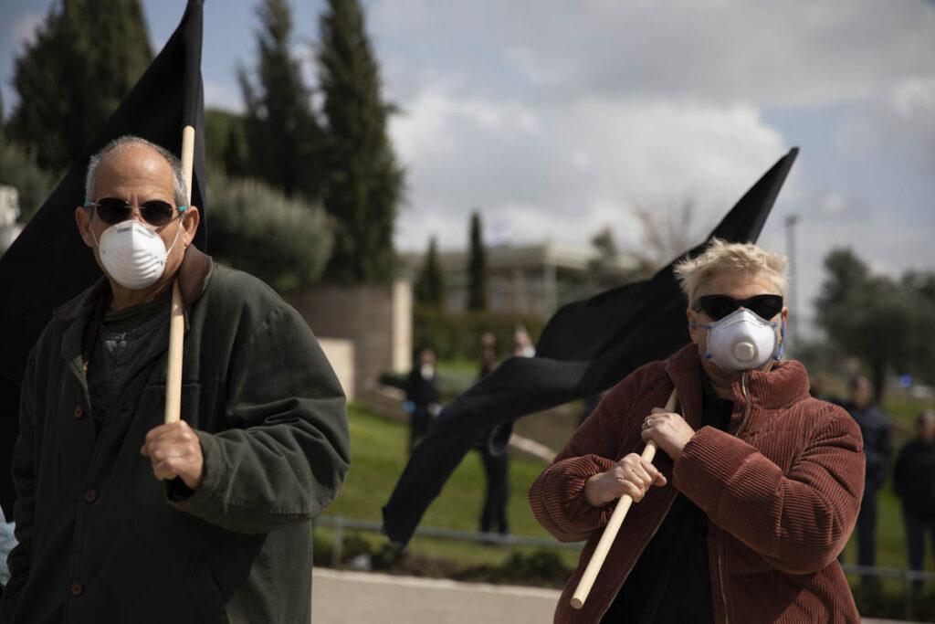 הפגנות זה כאב ראש לשליטים. מפגינים עם דגלים שחורים במהלך מחאה מול הכנסת נגד הצעדים האנטי-דמוקרטיים של הממשלה בצל הקורונה ,(צילום: אורן זיו)