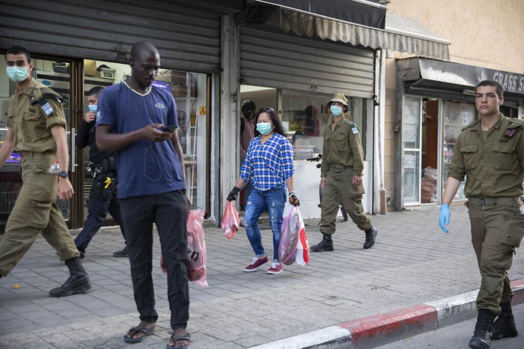 מבקש מקלט בשכונת נווה שאנן בדרום תל אביב, במהלך סיור של חיילים ושוטרים, 31 במרץ 2020 (צילום: אורן זיו)