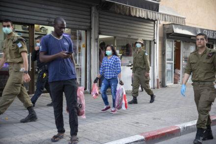במקום לשחרר כספים, נתניהו ממשיך להסית. מבקש מקלט בשכונת נווה שאנן בדרום תל אביב (צילום: אורן זיו)