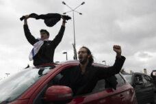 מפגינים במהלך מחאה מול הכנסת נגד הצעדים האנטי-דמוקרטיים של הממשלה בצל הקורונה ,(צילום: אורן זיו)