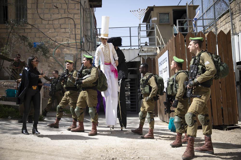 חיילים ליד מחסום השואר בזמן עדלאידע ברחוב השוהדא חברון, 10 במרץ 2020 (צילום: אורן זיו)