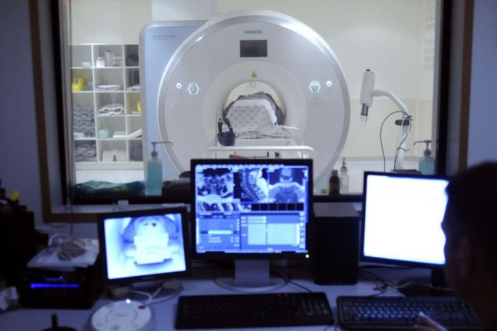 מכשיר MRI בבית החולים שערי צדק בירושלים (צילום: פלאש90)