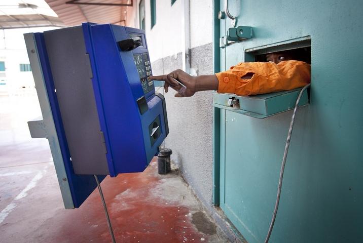 אסיר מבצע שיחת טלפון בכלא גלבוע, ב-2013 (צילום: משה שי / פלאש90)