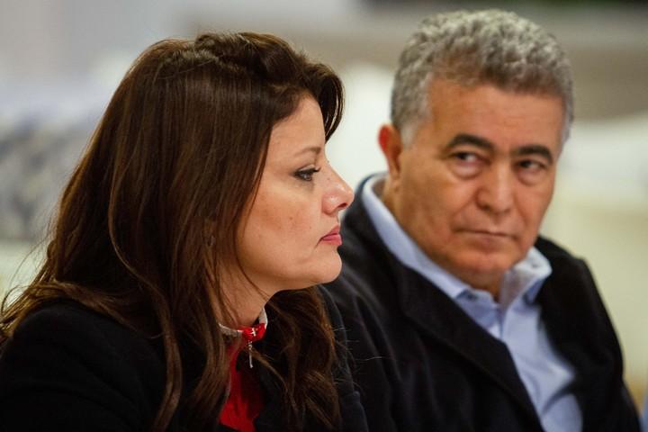 אורלי לוי אבקסיס ועמיר פרץ במסיבת עיתונאים בקיבוץ רמות מנשה, ב-12 בדצמבר 2019 (צילום: פלאש90)