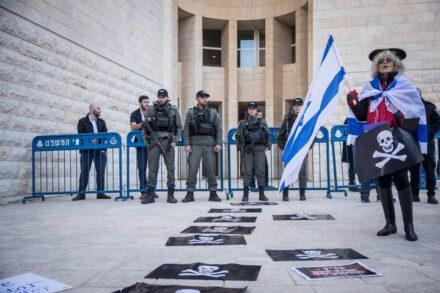 כמה פעמים השבתם ריקם את פניהם של פלסטינים אשר עתרו בפניכם נגד הטרור שמפעיל צבא הכיבוש כלפיהם? תומכי נתניהו מפגינים נגד בית המשפט העליון (יונתן זינדל / פלאש 90)