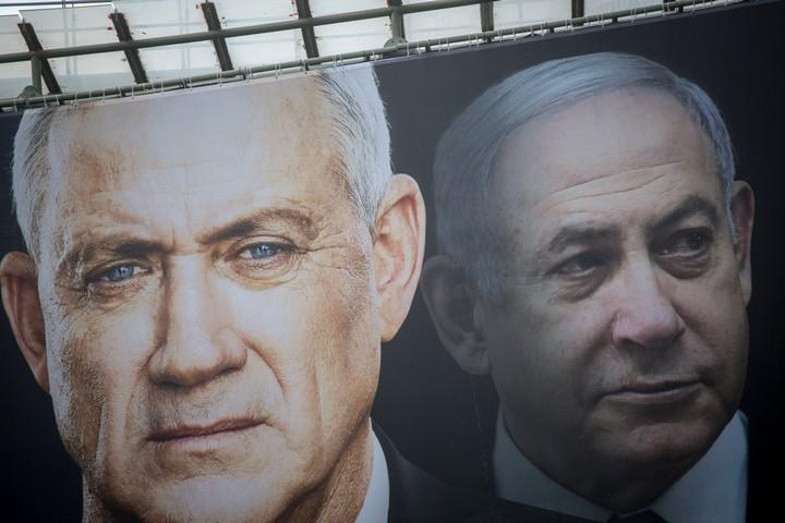 גם אם יימלט מפני הדין, ההיסטוריה תזכור לנתניהו את פשעיו נגד החברה הישראלית, ובראשם את השנאה שליבה בקרבנו. נתניהו וגנץ על כרזת בחירות (מרים אלסטר / פלאש 90)