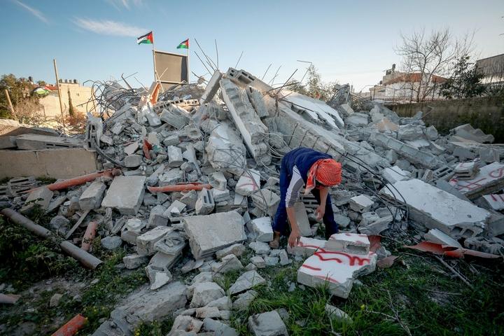 פלסטיני מחפש בין שאריות בית שנהרס על ידי הצבא הישראלי, ב-5 במרץ 2020 (צילום: פלאש90)