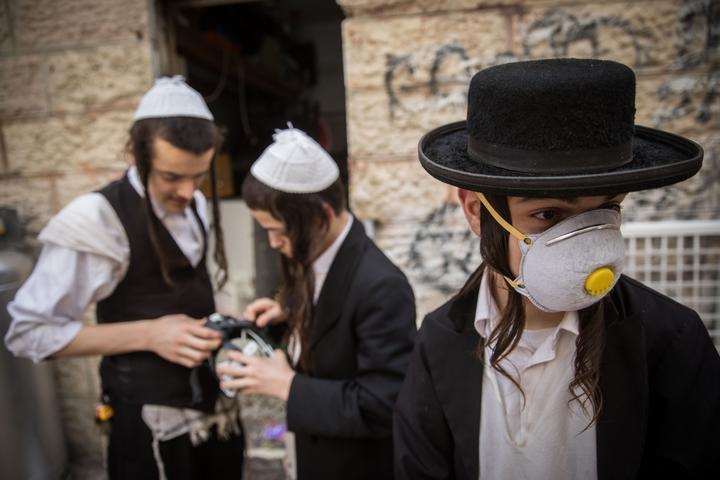 נער חרדי חובש מסיכה נגד קורונה בשכונת מאה שערים בירושלים, ב-16 במרץ 2020 (צילום: יונתן זינדל / פלאש90)