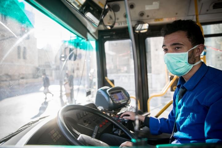 נהג אוטובוס עם מסיכה נגד קורונה, ב-16 במרץ 2020 (צילום: יונתן זינדל / פלאש90)