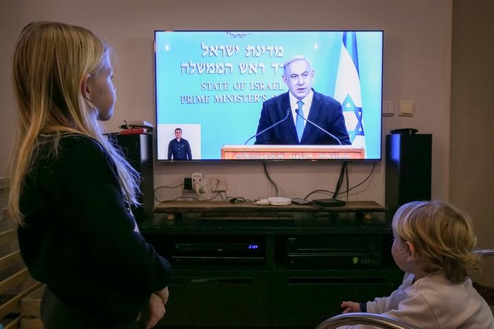 אזרחים צופים בראש הממשלה, בנימין נתניהו, מודיע על הגבלות קורונה חדשות, ב-19 במרץ 2020 (צילום: חן לאופולד / פלאש90)