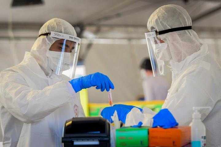 """צוות של מד""""א מעביר בדיקות קורונה באתר דרייב אין לבדיקות בתל אביב, ב-22 במרץ 2020 (צילום: פלאש90)"""