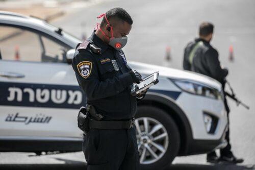מחסומים זמניים שהקימה המשטרה בכניסה לירושלים, כדי לאכוף את הסגר שהוטל בעקבות הקורונה, ב-26 במרץ 2020 (צילום: אוליבייה פיטוסי / פלאש90)