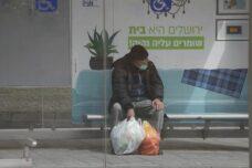 אדם מחכה לרכבת הקלה בירושלים, ב-19 במרץ 2020 (צילום: אורן זיו)